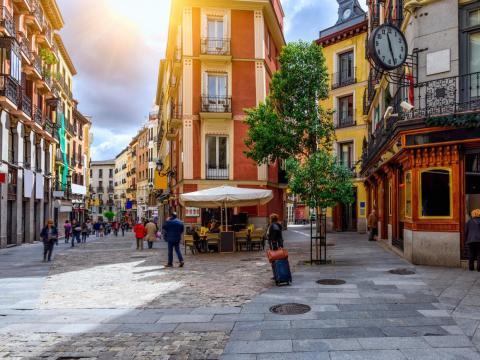 Madrid permite a los residentes aparcar en el centro, pero tienen que pagar.