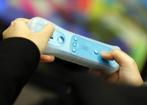 Un mando de Wii azul.