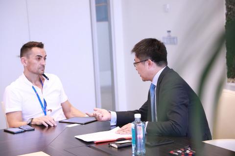 Manuel del Campo, CEO de Axel Springer España (izq) y Tony Jin Yong, CEO de Huawei en España (dcha)