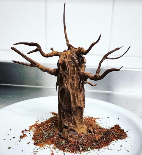 """Un """"arce"""" hecho de un brownie de chocolate y jarabe de arce."""