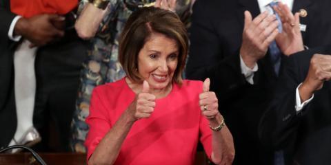 La presidenta de la Cámara de Representantes, Nancy Pelosi (D-CA), hace gestos durante la primera sesión del 116º Congreso en el Capitolio de Estados Unidos el 3 de enero de 2019 en Washington, DC.