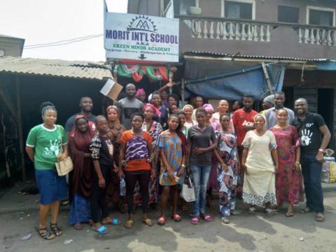 Miembros de la Asociación de Padres y Profesores del Colegio Internacional Morit después de encontrarse con la ONG, Iniciativa Africana CLEANUP