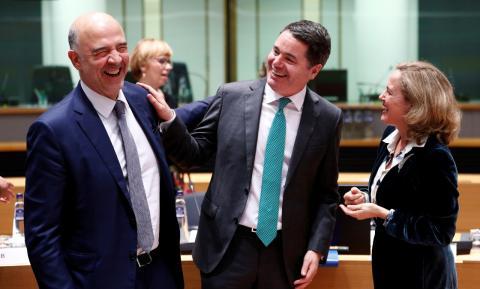 La ministra de Economía, Nadia Calviño, junto a su homólogo irlandés Paschal Donohoe, y el comisiario económico europeo Pierre Moscovici