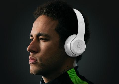 Neymar con unos auriculares Beats by Dre