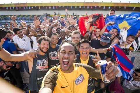 Neymar se hace un selfie con los participantes en un evento publicitario de Red Bull