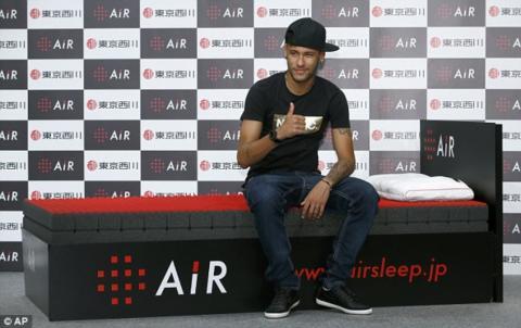 Neymar posa en una promoción de Air en Japón
