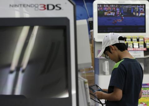 Un niño juega en un stand a la Nintendo 3DS.