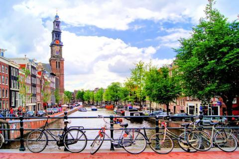 Es muy común ver millones de bicicletas por los canales de Amsterdam.