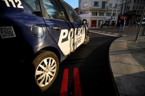 Una patrulla de la Policía Municipal controla el tráfico en Madrid Central.