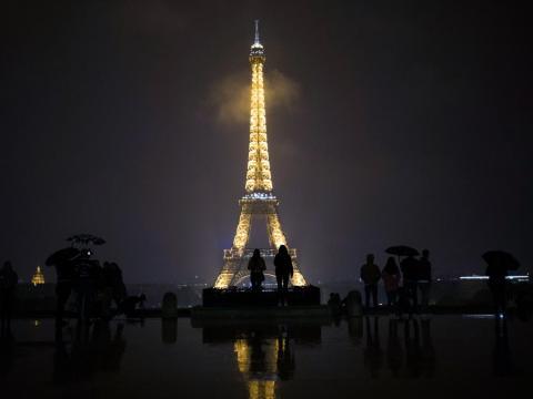 Está prohíbido hacer fotografías para uso comercial a la Torre Eiffel por la noche
