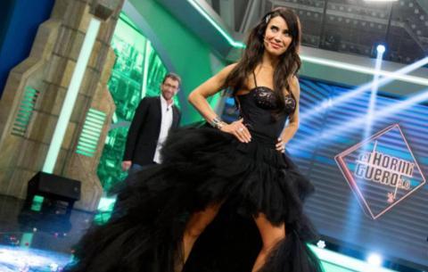 Pilar Rubio luciendo un vestido negro en El Hormiguero