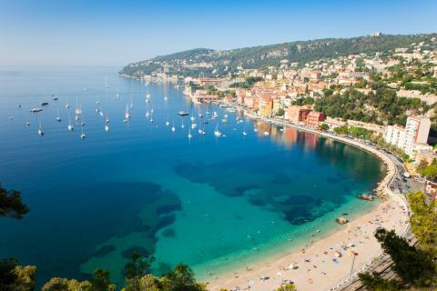 La playa de Villefranche en la Riviera francesa
