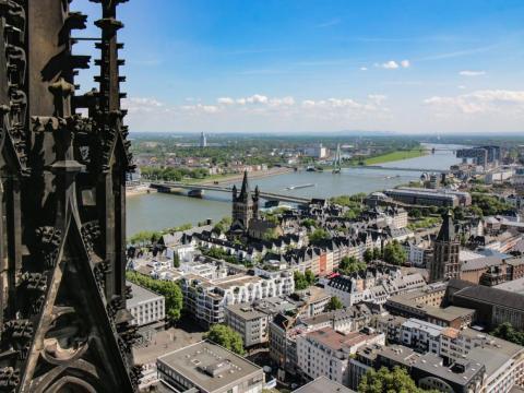 Muchos turistas suben los 533 escalones de la Catedral de Colonia para ver la ciudad alemana desde arriba.