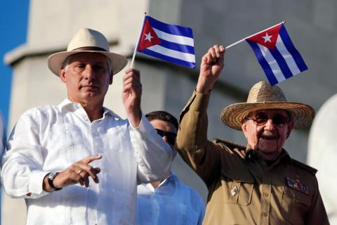 El presidente de Cuba, Miguel Díaz-Canel, y su predecesor, Raúl Castro
