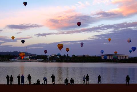 El público observa los globos del Festival de Canberra, en Australia.
