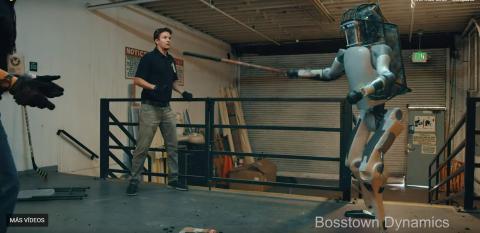 El robot aparece rebelándose contra sus creadores en el vídeo de Youtube.