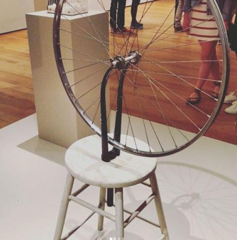 Rueda de bicicleta sobre taburete - Marcel Duchamp