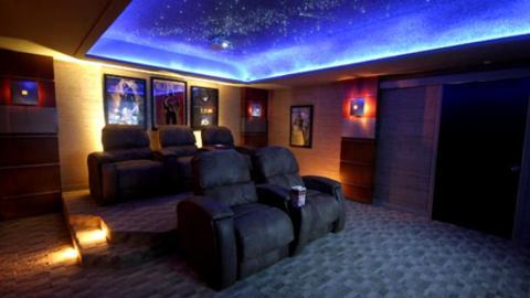 Esta sala de cine tiene capacidad para una familia de cinco personas.