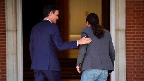 Sánchez e Iglesias, de espaldas en una reunión en la Moncloa.