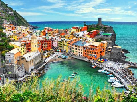 Los pueblos costeros de Cinque Terre, Italia, se han vuelto populares entre los viajeros por sus colores brillantes.