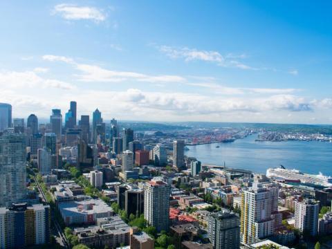Seattle'La Aguja Espacial de Seattle, de 184 metros de altura, es un icono de la ciudad.605-foot-tall Space Needle is synonymous with the city.