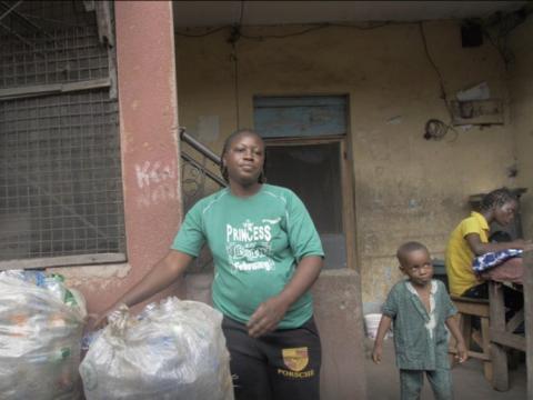 La Sra. Balikis Muritala con las botellas de plástico almacenadas antes de la reanudación de la escuela en mayo