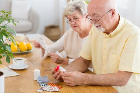 Señores mayores con medicamentos