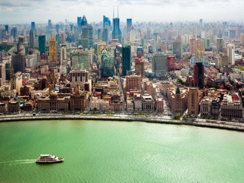 La Torre de la Perla Oriental de Shangai ofrece a los turistas cuatro pisos con vistas de 360 grados de la ciudad y del río Huangpu.