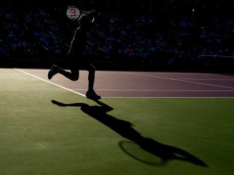 La silueta de Federer durante un espectacular resto en el Miami Open de 2017