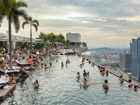 La vista más codiciada de Singapur se encuentra en una piscina infinita ubicada en el piso 57 del hotel Marina Bay Sands.