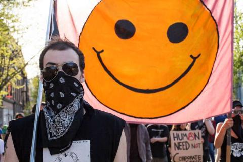 Un manifestante marcha durante una manifestación anticapitalista en Seattle, Washington, en 2014.