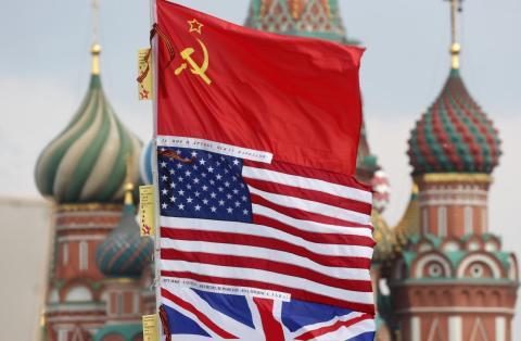 Las banderas soviéticas, estadounidenses y británicas en el centro de Moscú.