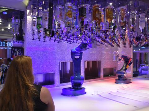 El Bionic Bar ofrece bebidas alcohólicas servidas por robots y está a bordo de 4 cruceros de Royal Caribbean: Harmony of the Seas, Quantum of the Seas, Anthem of the Seas y Ovation of the Seas.