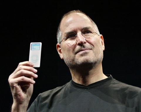 Steve Jobs, con el iPod Nano en 2005