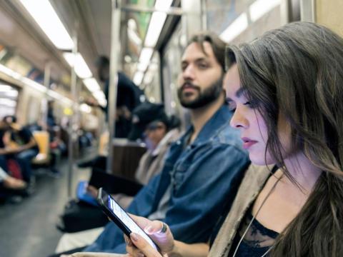 Uno de los autores del estudio sugiere que la causa se encuentra en la mala postura, muchas veces debida al uso de smartphones.