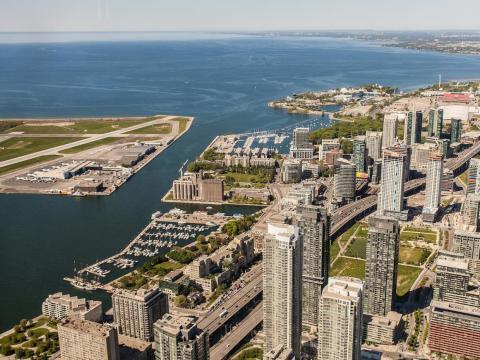 La Torre CN de Toronto cuenta con la pasarela sin barandilla más alta del mundo y es una gran oportunidad para ver la ciudad a vista de pájaro.
