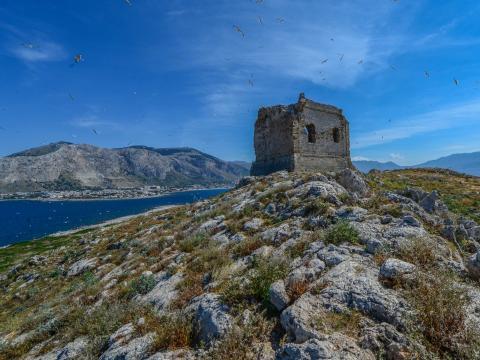 La torre derruída del siglo XVI en Isola delle Femmine