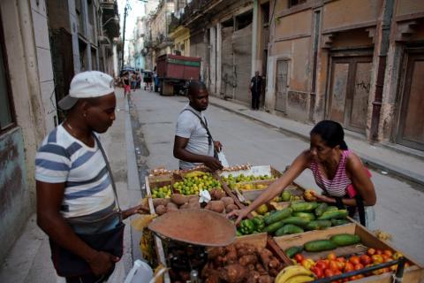 Un trabajador autónomo cubano vende fruta en una calle de La Habana