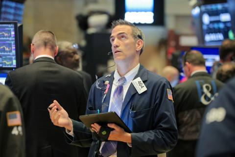 Trader observando pantallas en Wall Street
