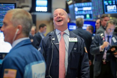 Trader riéndose en el parqué de Wall Street