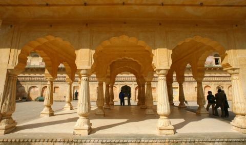 Turistas, en el fuerte Amber de Jaipur, en India.