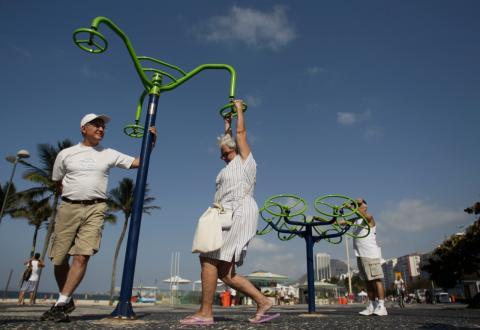 Varios jubilados hacen ejercicio en la playa de Copacabana (Brasil)