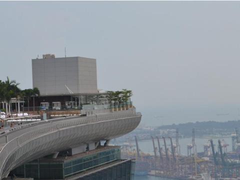 Pero lo que la mayoría de las fotos no muestran es que gran parte de las vistas están llenas de grúas y plataformas petrolíferas.