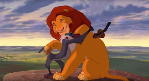 La interacción del rey con sus amigos es distinta en el remake.