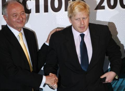 En 2008, Boris se retiró del Parlamento y venció a Ken Livingstone del Partido Laborista y acabó siendo alcalde de Londres.