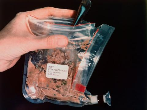 Una muestra de comida espacial en la misión de aterrizaje lunar del Apolo 11.
