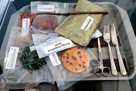 Alimentos envasados al vacío en una exposición dentro del Hábitat Lunar de la NASA en 2019.