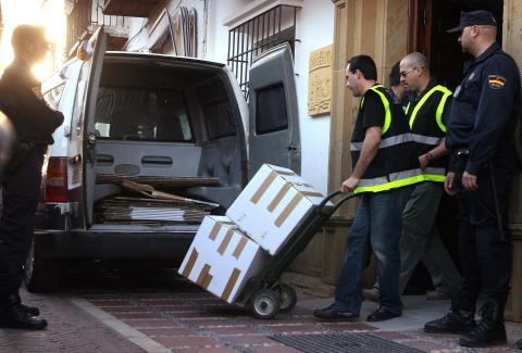 Agentes de la Policía Nacional extraen pruebas de la sede del Ayuntamiento de Marbella.