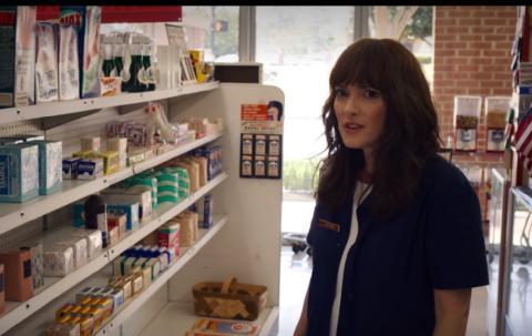 Winona Ryder comprando en la tercera temporada. Ajax se esconde en las estanterías.