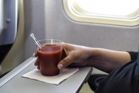 Algunos alimentos como el zumo de tomate saben menos ácidos en los aviones
